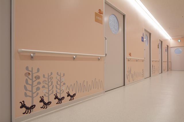 福岡大学病院新診療棟 小児医療センター / ひびのこづえ / 外来待合